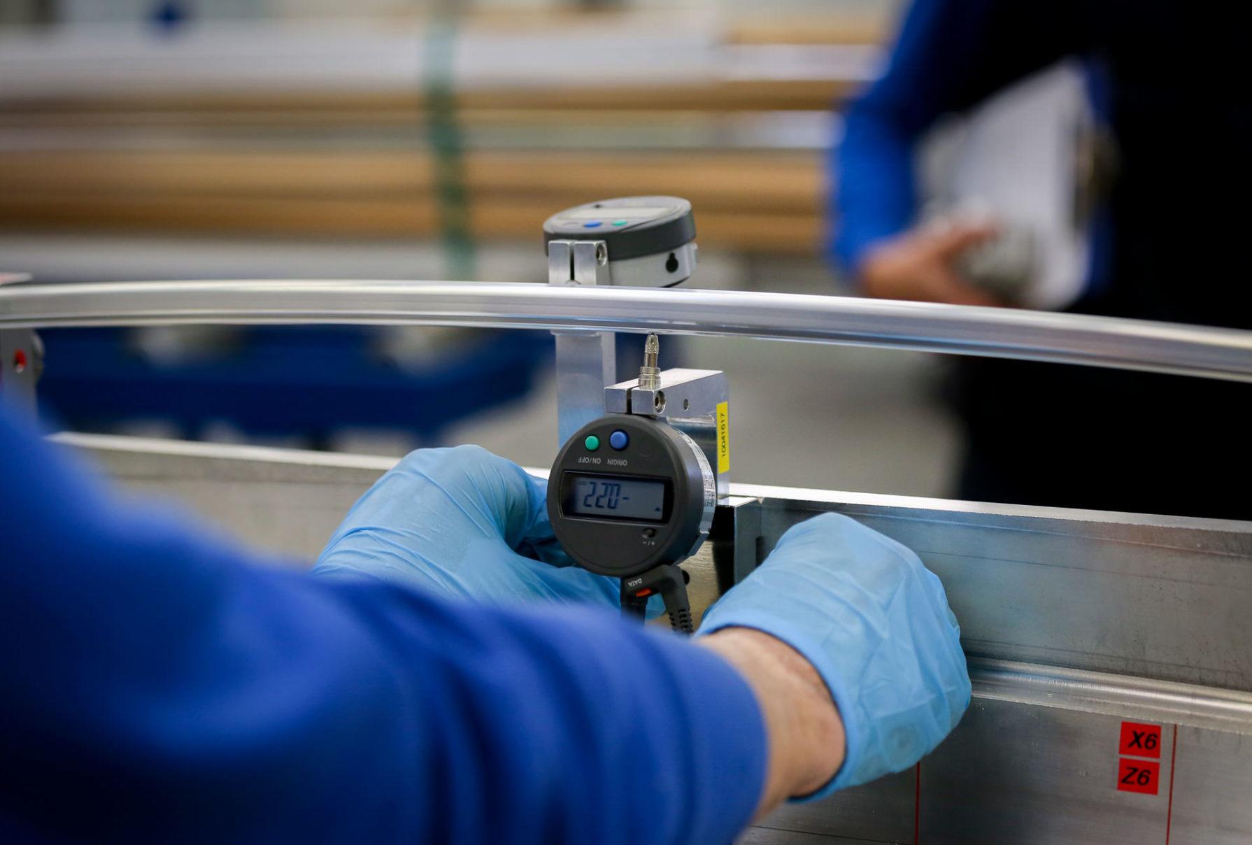 produzione profili in alluminio su disegno alluminio sammarinese controllo qualita calibro